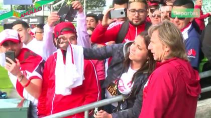 Ricardo Gareca muestra buena onda y se toma un selfie con hincha peruana en Nueva Zelanda